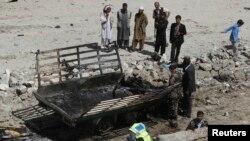 Nhân viên an ninh Afghanistan điều tra hiện trường sau vụ tấn công của phe Taliban ở Kabul.