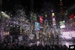 ການສະຫລອງປີໃໝ່ ທີ່ຈະຕຸລັດ Times Square ທີ່ນິວຢອກ, ທ່ຽງຄືນວັນທີ 31 ທັນວາ 2011.