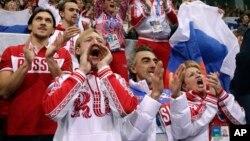 普鲁申科(前左一)2月9日在索契冬奥会上为利普尼茲卡雅的比赛加油