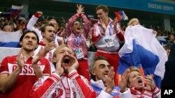 Rusya'nın ilk altın madalyayı kazanmasını çoşkuyla kutlayan Rus sporcular