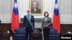 台湾总统蔡英文在台北与到访的法国参议院友台小组主席李察举行会晤。(2021年10月7日)