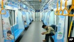 На фото: пасажир у метро Джакарти, Індонезія