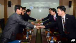 Các đại biểu Nam Triều Tiên (phải) bắt tay với các đối tác của Bắc Triều Tiên tại cuộc họp ở Kaesong, ngày 11/9/2013.