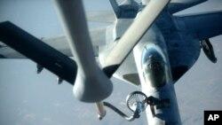 이슬람 무장세력 ISIL 소탕에 투입된 미군 F-18E 전투기가 이라크 북부에서 공중급유를 받고 있다. 미 공군이 23일 공개한 사진.