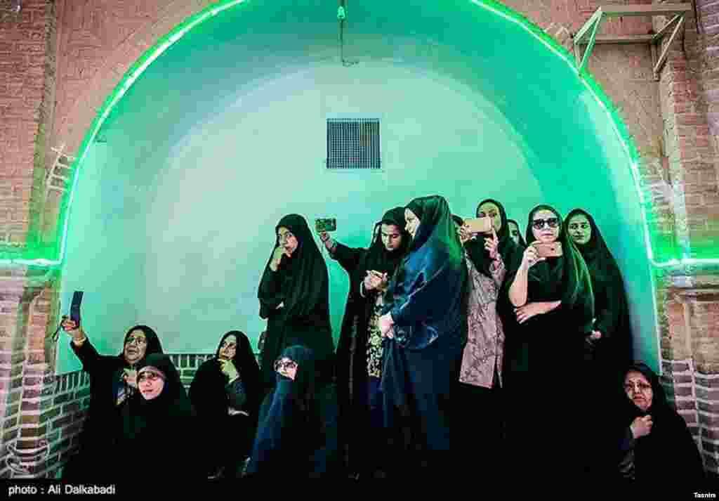 آماده سازی خیمه ها در سبزوار به مناسبت محرم. چند خانم عکس سلفی می گیرند. عکس: علی دلک آبادی