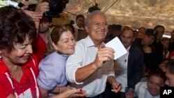 엘살바도르에서 9일 대통령 선거 결선투표를 치른 가운데 살바도르 산체스 세렌 후보가 투표하고 있다.