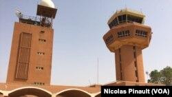 Tour de contrôle de l'aéroport de Niamey, le 27 février 2016. (VOA/Nicolas Pinault)