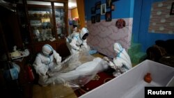TƯ LIỆU - Thi thể một người qua đời vì COVID-19 được bọc bằng plastic trước khi được đem đi chôn, ở Bogor, tỉnh Tây Java, Indonesia, ngày 11 tháng 7, 2021.