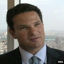 John Hennes, financijski expert