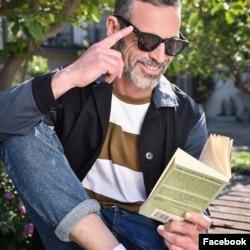 Seorang pria mengenakan kacamata hitam 32°N, saat membaca di bawah terik sinar matahari. (Foto:Facebook/@32Neyewear)