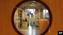 Para dokter mengunjungi pasien di sebuah ruang perawatan intensif di rumah sakit anak-anak Queen Fabiola di Brussels, 25 November 2013 (Foto: dok). Parlemen Belgia baru-baru ini mengesahkan RUU euthanasia yang kontroversial, yang memberlakukan hak untuk mengakhiri hidup bagi anak yang sakit parah dan sangat kesakitan, apabila diijinkan oleh orang tua mereka.