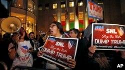 """Des opposants à la participation de Donald Trump à l'émission """"Saturday Night Live"""", le 4 novembre 2015. (AP Photo/Kathy Willens)"""