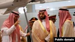 Muhammad bin Salmon (o'rtada)