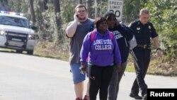 Студенты колледжа Lone Star в северном пригороде Хьюстона, покидают место происшествия. Техас, 22 января 2013 года