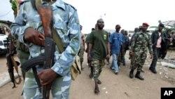 Wasu mayakan sakai a Abidjan,babban birnin Ivory Coast,inda fadace fadace ke kara bazuwa.