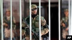 Tentara Pakistan berjaga-jaga di dalam gedung parlemen dalam sesi darurat di Islamabad, Pakistan (2/9). (AP/B.K. Bangash)