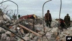 전날 규모 6.1의 강진이 발생한 인도네시아 아체에서 3일 구조대가 생존자를 찾고 있다.