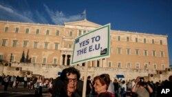 Một người biểu tình giơ biểu ngữ ủng hộ Liên hiệp Âu châu tại Athens, Hy Lạp hôm 18/6/2015.