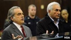 Mantan Kepala IMF, Dominique Strauss-Kahn (kanan) bersama pembelanya, Benjamin Brafman hadir di pengadilan Manhattan, New York.