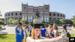 每年美國畢業生慶祝畢業的資料照片。