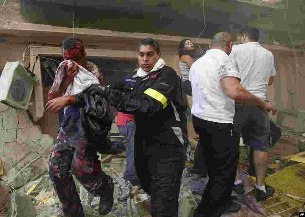 폭발 현장에서 부상당한 사람을 이송하는 구조 대원들