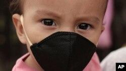 El Salvador registra 6.438 contagios y 174 fallecimientos, a causa de la pandemia del coronavirus. En la foto Gael Gómez, de 1 año, usa una mascarilla para evitar el contagio del coronavirus. Ilopango, martes 19 de mayo de 2020.