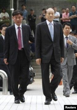 Lee Sang-Deuk (depan kanan), kakak Presiden Korsel Lee Myung-bak hadir di pengadilan Seoul (10/7).