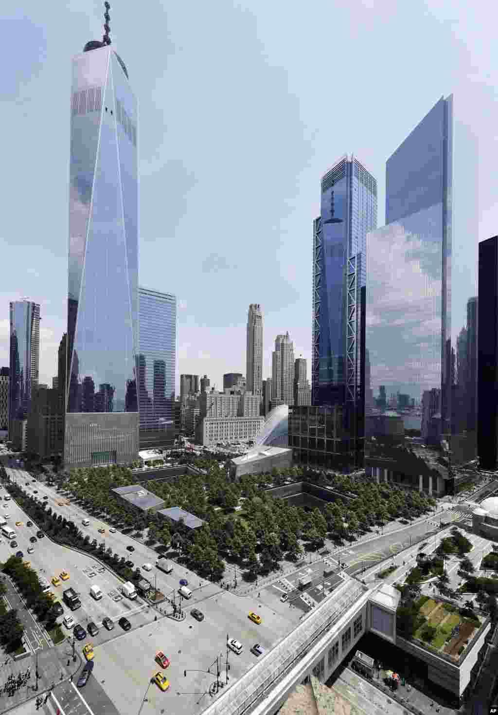En esta foto del 8 de junio de 2018, 3 World Trade Center, segundo desde la derecha, se une a sus vecinos One World Trade Center, a la izquierda, y 4 World Trade Center, a la derecha, al 11 de septiembre Memorial and Museum en Nueva York. (Foto AP / Mark Lennihan)