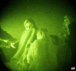 Afg'on ayollari va bolalari oilaning erkak a'zolari haqida savolga tutilmoqda