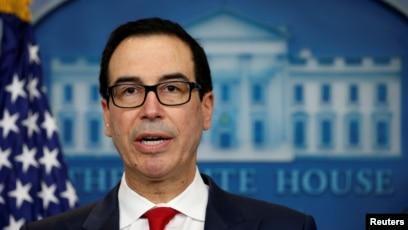스티브 므누신 미국 재무장관이 29일 백악관 정례브리핑에서 북한의 불법활동과 관련된 중국 은행에 대한 제재 조치를 발표하고 있다.