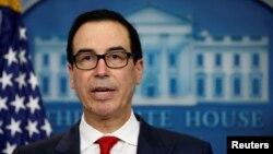스티브 므누신 미국 재무장관이 지난 6월 백악관 정례브리핑에서 북한의 불법활동과 관련된 중국 은행에 대한 제재 조치를 발표하고 있다.