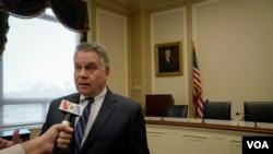 美国众议员史密斯5月3日接受美国之音记者的采访。