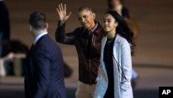 바락 오바마 미국 대통령(가운데)이 25일 중남미 순방을 마치고 전용비행기에 오르면서 손을 흔들고 있다. 오른쪽은 오바마 대통령의 맏딸 말리아.