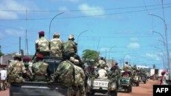 Des soldats d'Afrique centrale circulant à Bangui, le 5 septembre 2013