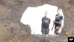 23일 나이지리아 마이두구리의 이슬람 사원 외벽이 자살폭탄테러로 부서져있다. 이 날 테러로 최소한 28명이 숨졌다.