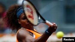 Serena Williams, juara bertahan tahun lalu, tersisih dari Wimbledon setelah kalah dari Sabine Lisicki, Senin (1/7).
