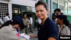 Petugas keamanan memeriksa Mu Sochua di Phnom Penh (foto: dok).