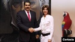 Los cancilleres de Colombia y Venezuela, María Ángela Holguín y Nicolás Maduro, se reunieron en Caracas para acordar medidas conjuntas de seguridad en la frontera. [Foto: Cancillería de Colombia]