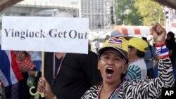 一名抗议者在曼谷集会期间举着让总理英拉下台的标语呼号口号。(2014年1月21日)