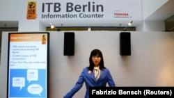 """Berlin Turizm Fuarı girişine yerleştirilen """"Chihira Kanae"""" adlı robot, ziyaretçilere bilgi veriyor."""