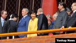 반기문 유엔 사무총장(맨 왼쪽)이 3일 중국 베이징 톈안먼에서 열린 전승절 열병식 행사에 참석했다.