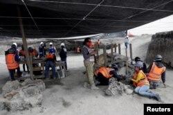 Seorang arkeolog dan seorang pekerja di Institut Nasional Antropologi dan Sejarah Meksiko (INAH) bekerja di situs di mana 100 tulang mamut atau diidentifikasi, di lokasi pembangunan bandara baru di Zumpango, dekat Mexico City, 8 September 2020. (Foto: Reuters)