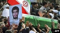 Проправительственно настроенные иранцы несут укрытый флагом страны гроб с телом Сане Джалеха - студента, убитого во время беспорядков