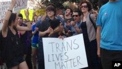 Người dân biểu tình bên ngoài tòa nhà lập pháp bang North Carolina ở Raleigh.