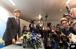 카를레스 푸지데몬 카탈루냐 자치정부 수반(왼쪽)이 31일 벨기에 브뤼셀에서 기자회견을 하고 있다.