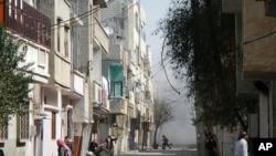 Warga berlari di distrik Karm al-Zeitoun, kota Homs, akibat tembakan artileri pasukan Suriah (foto: dok). Kekerasan terbaru di berbagai penjuru Suriah menewaskan sedikitnya 53 orang (20/6).