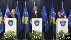 Kosovo's PM Hashim Thaci (C) U.S. Secretary of State Hillary Clinton (L) and High Representative for EU Foreign Policy Catherine Ashton (R) attend a joint news conference in Pristina, Kosovo, October 31, 2012.