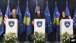 Của Thủ tướng Kosovo Hashim Thaci (C) Ngoại trưởng Mỹ Hillary Clinton (trái) và người đứng đầu chính sách đối ngoại EU Catherine Ashton (phải) trong cuộc họp báo chung ở Pristina, ngày 31/10/2012