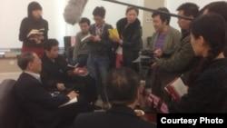 胡徳平較早前在新書座談會上接受媒體採訪(陳有西律師微博圖片)