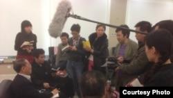 胡德平在新書座談會上接受採訪(陳有西律師微博圖片)